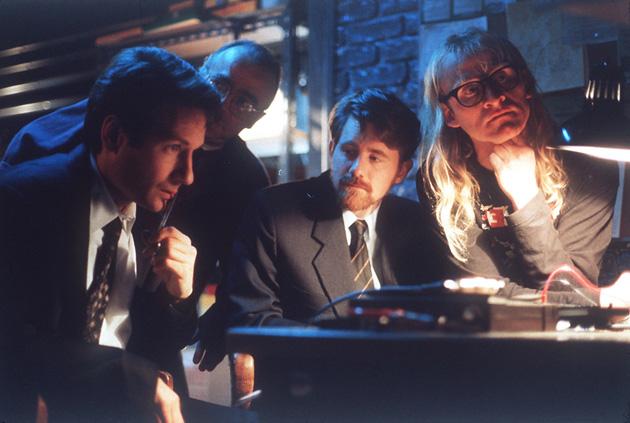 Mulder junto al trío de Lone Gunmen